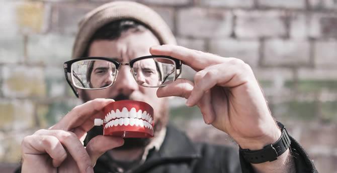 顔がゆがむ&歯並びが悪くなるNG習慣3連発