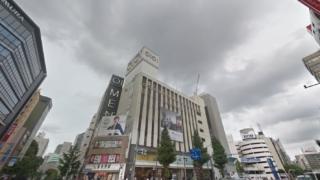 プラスエイト新宿丸井メンズ館(マルイメン)店は24時間営業の富士そば隣